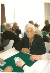 Teresa, paciente observadora y vital espera el momento de jugar una partida de tute.